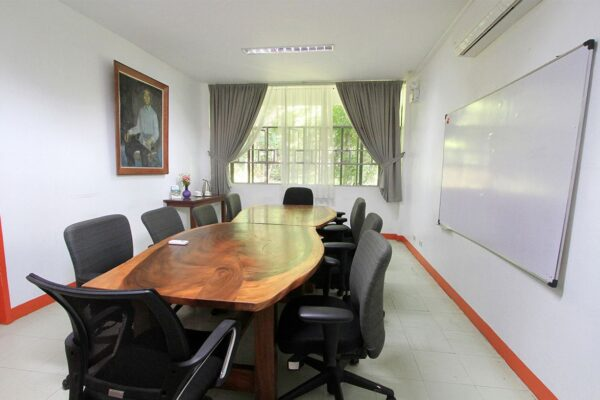 yen-board-room-img-1